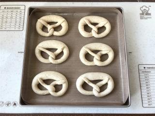 普雷结,全部整形完毕后,将普雷结摆入烤盘,放入冰箱冷藏发酵30分钟。