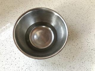 普雷结,准备合适的容器,倒入40度温水,再放入烘焙碱混匀。