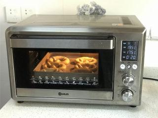 普雷结,放入事先上管195度下管175度预热好的烤箱中烘烤20分钟左右。