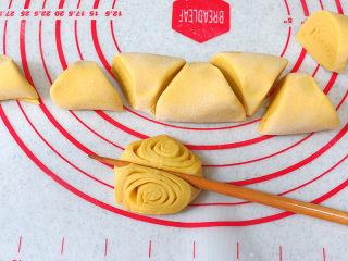 花样面点之【南瓜蝴蝶花卷】,取一份,小头朝上,用筷子在中间按压一下成花卷