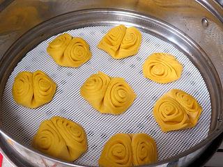 花样面点之【南瓜蝴蝶花卷】,将整形好的花卷摆在蒸锅上进行二次发酵