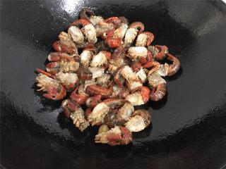 香辣小龙虾,放入小龙虾煸炒。