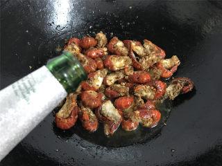 香辣小龙虾,倒入一瓶啤酒,用啤酒可以让龙虾的肉吃上去更入味。