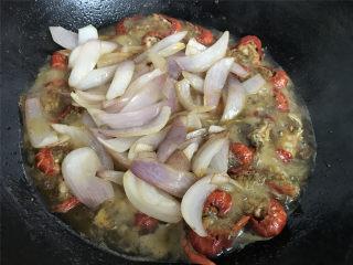 香辣小龙虾,放入爆好的洋葱,一起翻炒均匀。