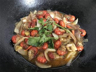 香辣小龙虾,再次煮开撒入香菜即可。