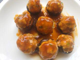 香菇酿肉,把芡汁浇到香菇上即可,美味的香菇酿肉就做好了