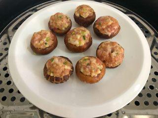 香菇酿肉,放入蒸锅,水开蒸12分钟