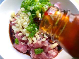 香菇酿肉,放入5g蚝油