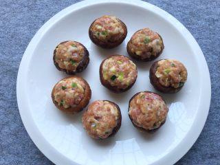 香菇酿肉,把腌制好的肉末酿到香菇里
