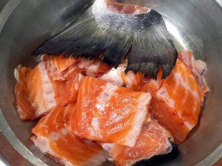香煎三文鱼骨,放入料酒和盐腌制半小时入味