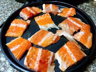 香煎三文鱼骨,三文鱼骨依次摆入电饼档开始加热煎制不用涂油因为三文鱼出油较多