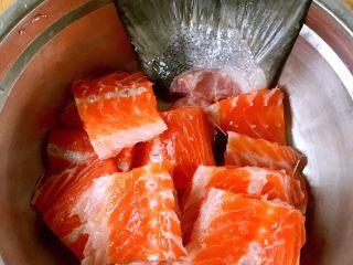 香煎三文鱼骨,三文鱼洗净沥干水分切成小段