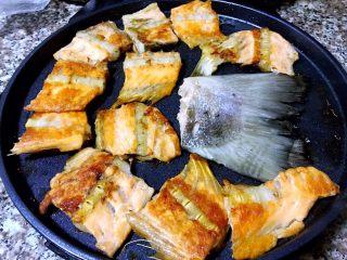 香煎三文鱼骨,两面煎制金黄色即可出锅享用