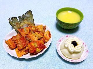 香煎三文鱼骨,搭配玉米粥和馒头绝对是标配