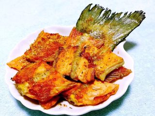 香煎三文鱼骨,精致美味的香煎三文鱼骨装入盘中撒上烧烤调味料太完美了