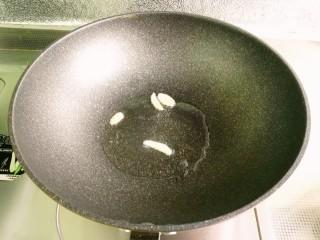 小豆芽炒粉条,锅入油预热,先煸香葱姜