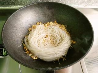 小豆芽炒粉条,放入粉条翻炒上色