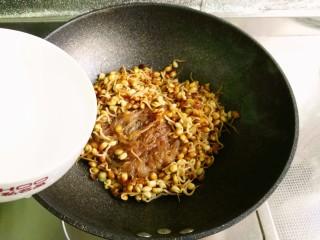 小豆芽炒粉条,倒入清水焖1~2分钟