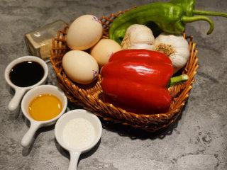 蒜泥鸡蛋 ,提前将原材料准备好 叨叨叨:鸡蛋最好选择农家土鸡蛋,蛋黄颜色偏深吃起来更香
