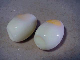 蒜泥鸡蛋 ,将煮熟的鸡蛋剥壳 叨叨叨:剥壳的时候动作一样要轻,防止鸡蛋破裂