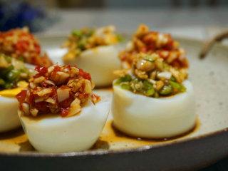 蒜泥鸡蛋 ,在切好的鸡蛋上淋上调好的蒜泥汁即可,一盘清爽的蒜泥鸡蛋就做好了