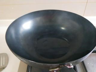 炖羊肉,锅中放适量油烧热。