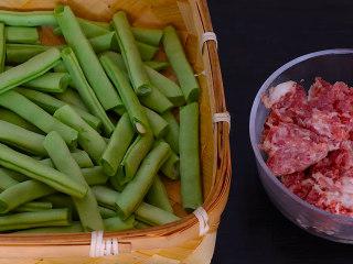干煸四季豆,将肥瘦相间的猪肉剁成末,姜蒜切末,干辣椒切成段