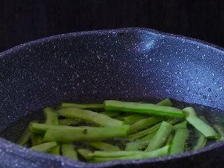 干煸四季豆,放入已经摘成段的四季豆,注意喽四季豆一定不能有水,以免溅油,后果就不开设想啦。