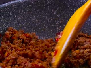 干煸四季豆,将肉末翻炒至变色