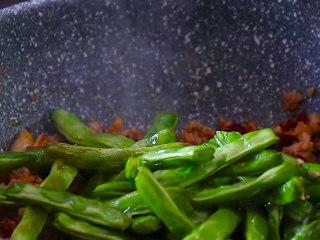 干煸四季豆,放入炸过的四季豆,翻炒均匀