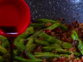 干煸四季豆,加入白糖少许 生抽 料酒  蚝油翻炒均匀。不用再放盐啦,因为豆瓣酱还是比较偏咸的,加上生抽和蚝油,盐份就已经足够啦