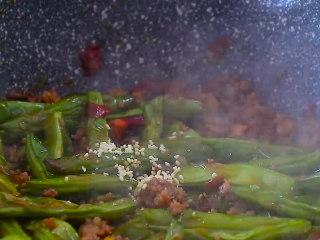 干煸四季豆,翻炒均匀后加入鸡精翻炒均匀,就可以出锅装盘啦