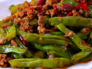 干煸四季豆,一道色泽诱人,开胃下饭的家常菜就大功告成啦。不说啦,我要美美的开吃去...