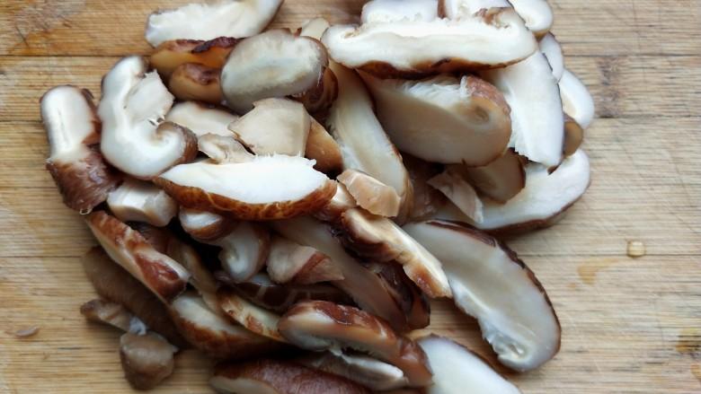香菇蒸滑鸡,香菇切片。