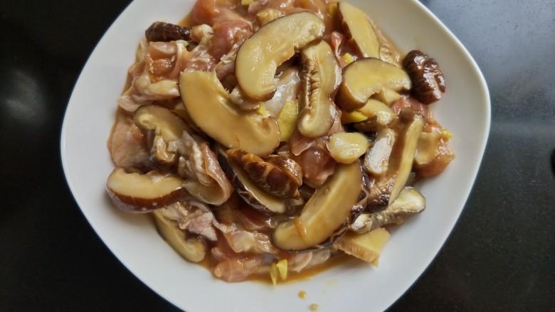 香菇蒸滑鸡,装入盘中。