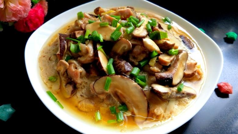 香菇蒸滑鸡,时间到,撒上香葱,可以美美的享用了,太香啦!