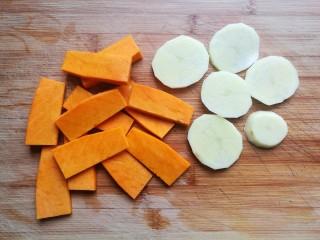 南瓜可乐饼,南瓜去皮去籽,切成片,土豆去皮后也切成片,这样蒸的时候熟的更快一些。