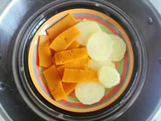 南瓜可乐饼,冷水上锅,大火蒸约15分钟,把南瓜和土豆蒸熟。