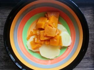 南瓜可乐饼,把蒸熟的南瓜和土豆倒入碗中。