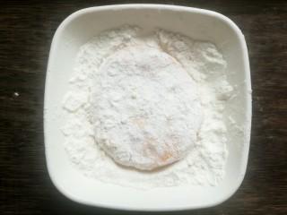 南瓜可乐饼,先让小饼在面粉上翻滚。