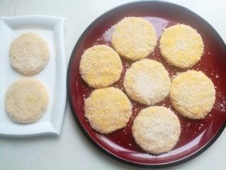 南瓜可乐饼,做好后放在盘中,依次做好所有小饼。