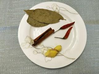 快手版红烧猪蹄,准备好香叶、桂皮、生姜、干辣椒