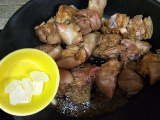 快手版红烧猪蹄,倒入几块冰糖,炒至肉上色