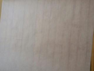 花生瓜籽麻糖,在面板上提前铺上一层油纸(防粘)。
