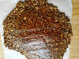 花生瓜籽麻糖,然后取下上面的油纸。
