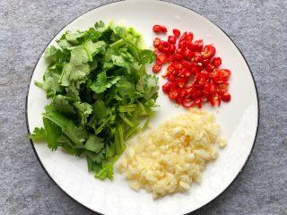 凉拌木耳,香菜洗净切段,蒜头去皮切末,小米椒切圈