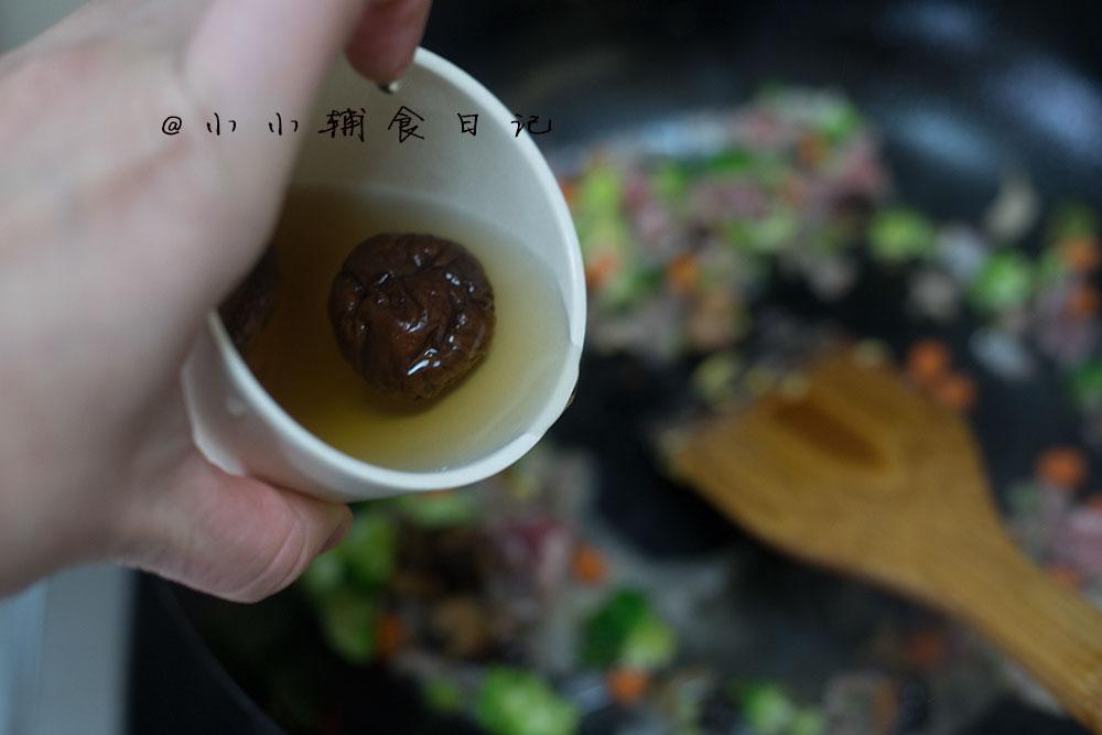 12个月以上辅食 牛肉香菇蛋炒饭,7、倒入泡香菇的水,这个水比较香所以不要倒掉</p> <p>,</p> <p>