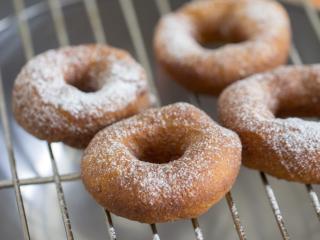 美味油炸版甜甜圈,烤網晾涼手溫,撒上糖粉裝飾即可。或者用融化的巧克力搭配喜歡糖豆裝飾;