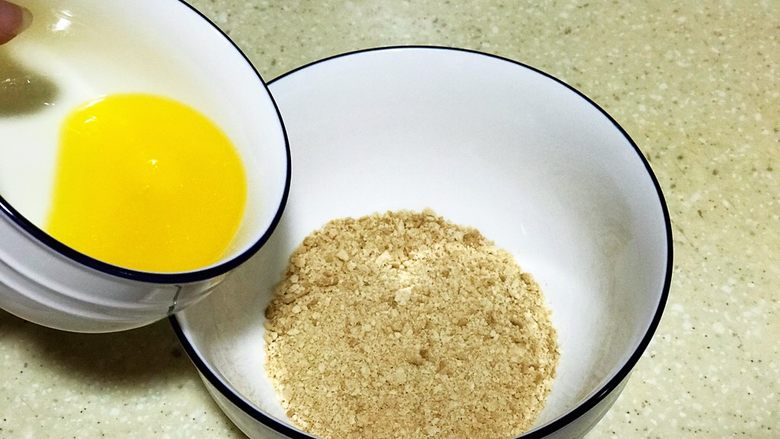 浅湘食光&摩卡芝士蛋糕,黄油倒入消化饼干中,揉均