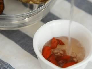 清蒸童子鸡—鲜嫩多汁,趁热用手撕着吃,吃相什么的不重要,香菇、枸杞泡发备用。